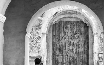 #StreetPhotographyTip — Kissing couple framed within three sets of arches in Antigua Guatemala.